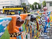 Ο ενωμένος φιλαράκος αντέχει σε Wittenbergplatz στο Βερολίνο με το λεωφορείο στο υπόβαθρο στοκ φωτογραφίες με δικαίωμα ελεύθερης χρήσης