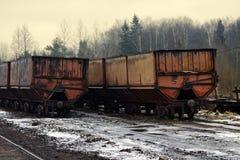 ο εξάγοντας σιδηρόδρομος στενός-μετρητών τραίνων είναι πολύ ένας παλαιός Στοκ Φωτογραφίες