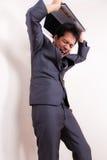 Ο εξαγριωμένος ματαιωμένος επιχειρηματίας χάνει την ιδιοσυγκρασία με το lap-top Στοκ Φωτογραφία