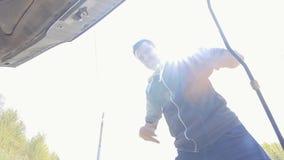 Ο εξαγριωμένος οδηγός οδηγών έκφρασης προσπαθεί να καθορίσει τη μηχανή απόθεμα βίντεο