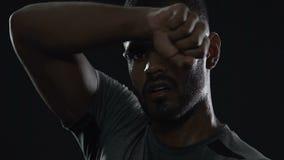 Ο εξαντλημένος αρσενικός δρομέας που έχει το υπόλοιπο μετά από το μαραθώνιο, θα κερδίσει, στόχος-προσανατολισμένο άτομο απόθεμα βίντεο