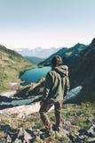 Ο εξερευνητής ατόμων περιπλανιέται λίμνη κατά την εναέρια άποψη βουνών Στοκ Φωτογραφίες