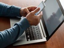 Ο εξοπλισμός προγραμματιστών δημιουργεί app την τεχνολογία lap-top Στοκ Εικόνες