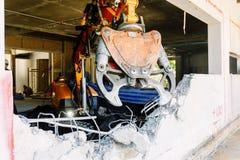 Ο εξοπλισμός ρομπότ καταστρέφει τους τοίχους του σπιτιού Στοκ εικόνα με δικαίωμα ελεύθερης χρήσης