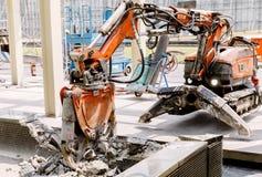 Ο εξοπλισμός ρομπότ καταστρέφει το πάτωμα στη ζώνη κατασκευής Στοκ Φωτογραφίες