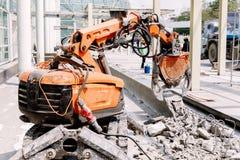 Ο εξοπλισμός ρομπότ καταστρέφει το πάτωμα στη ζώνη κατασκευής Στοκ εικόνα με δικαίωμα ελεύθερης χρήσης