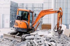 Ο εξοπλισμός ρομπότ καταστρέφει το πάτωμα στη ζώνη κατασκευής Στοκ Φωτογραφία