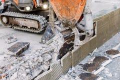 Ο εξοπλισμός ρομπότ καταστρέφει το πάτωμα στη ζώνη κατασκευής Στοκ Εικόνες