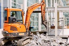 Ο εξοπλισμός ρομπότ καταστρέφει το πάτωμα στη ζώνη κατασκευής Στοκ εικόνες με δικαίωμα ελεύθερης χρήσης