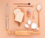 Ο εξοπλισμός ψησίματος κάνει τα σιτάρια και τα δημητριακά σίτου ψωμιού στο ξύλινο β Στοκ Εικόνες