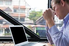 Ο εξοργισμένος επιχειρηματίας εξετάζει το lap-top εκμετάλλευση νεαρών άνδρων δικοί τουη στοκ εικόνες με δικαίωμα ελεύθερης χρήσης