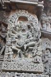 Ο εξωτερικός τοίχος ναών Hoysaleswara χάρασε με το γλυπτό του Θεού προσώπου λιονταριών Λόρδου Narasimha που σκοτώνει το βασιλιά H Στοκ φωτογραφίες με δικαίωμα ελεύθερης χρήσης