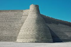 Ο εξωτερικός τοίχος της αρχαίας πόλης βαθιά στην έρημο των πρώην Σοβιετικών Ενώσεων δηλώνει και η πύλη στοκ εικόνα