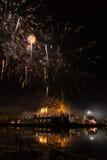 ο εορτασμός πυροτεχνημάτων στην ασιατική αρχιτεκτονική περίπτερων με απεικονίζει Στοκ φωτογραφία με δικαίωμα ελεύθερης χρήσης