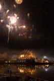 ο εορτασμός πυροτεχνημάτων στην ασιατική αρχιτεκτονική περίπτερων με απεικονίζει Στοκ Φωτογραφίες