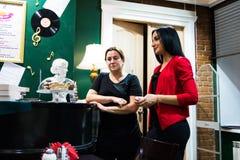Ο εορτασμός της επετείου της λέσχης 12 βιβλίων καφέδων Στοκ φωτογραφία με δικαίωμα ελεύθερης χρήσης