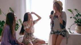 Ο εορτασμός του κόμματος κοτών, εύθυμο κορίτσι τραγουδά το τραγούδι στη βούρτσα γηα τα μαλλιά όπως το microphon και τους χορούς μ απόθεμα βίντεο