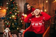 Ο εορτασμός Χριστουγέννων, σύζυγος κάνει την έκπληξη στο σύζυγο στοκ εικόνα με δικαίωμα ελεύθερης χρήσης