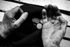 Ο επαίτης εξετάζει τα νομίσματα το μαύρο κορίτσι κρύβει το λευκό πουκάμισων φωτογραφίας s ατόμων στοκ εικόνες