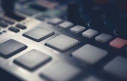 Ο επαγγελματίας κτύπησε τη συσκευή μηχανών για το συνθέτη μουσικής Στοκ Φωτογραφίες
