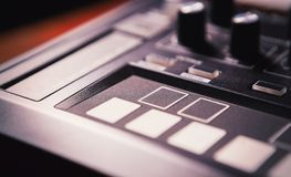 Ο επαγγελματίας κτύπησε τη συσκευή μηχανών για το συνθέτη μουσικής Στοκ εικόνες με δικαίωμα ελεύθερης χρήσης