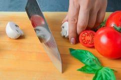 Ο επαγγελματικός αρχιμάγειρας κόβει τα λαχανικά με ένα αιχμηρό μαχαίρι από Damasc Στοκ φωτογραφίες με δικαίωμα ελεύθερης χρήσης