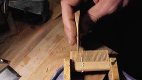 Ο επαγγελματικός ειδικευμένος ξυλουργός αλέθει την ξύλινη χτένα γενειάδων με το έγγραφο γρατσουνιών βιοτέχνης χειροποίητος ο κύρι απόθεμα βίντεο