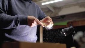 Ο επαγγελματικός ειδικευμένος ξυλουργός αλέθει την ξύλινη χτένα γενειάδων με το έγγραφο γρατσουνιών βιοτέχνης χειροποίητος 4 Κ απόθεμα βίντεο