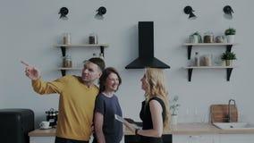Ο επαγγελματικός κτηματομεσίτης παρουσιάζει άνετο σύγχρονο σπίτι σε ένα όμορφο μέσο ηλικίας ζεύγος Το cWho είναι απόθεμα βίντεο