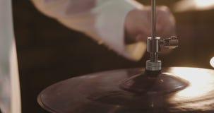 Ο επαγγελματικός τυμπανιστής της Jazz που προετοιμάζεται για παρουσιάζει απόθεμα βίντεο