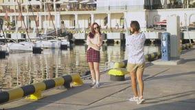 Ο επαγγελματικός φωτογράφος, εικόνες στο θαλάσσιο λιμένα ενάντια στο σκηνικό των γιοτ, μια γυναίκα πιέζει ένα κουμπί και μιλά φιλμ μικρού μήκους