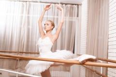 Ο επαγγελματικός χορευτής προετοιμάζει κοντά στην μπάρα μπαλέτου στοκ φωτογραφίες