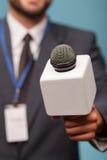 Ο επαγγελματικός αρσενικός δημοσιογράφος ρωτά για Στοκ εικόνα με δικαίωμα ελεύθερης χρήσης
