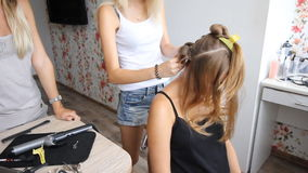 Ο επαγγελματικός αρσενικός κουρέας βάζει την τρίχα του ξανθού κοριτσιού από τη χτένα και hairdryer στην αίθουσα ομορφιάς καθρέφτη φιλμ μικρού μήκους