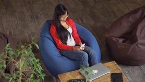Ο επαγγελματικός εργαζόμενος έχει τη μικρή διακοπή στην εργάσιμη ημέρα απόθεμα βίντεο