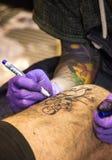 Ο επαγγελματικός καλλιτέχνης δερματοστιξιών κάνει μια δερματοστιξία Στοκ φωτογραφία με δικαίωμα ελεύθερης χρήσης