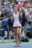 Ο επαγγελματικός τενίστας Karolina Pliskova της Δημοκρατίας της Τσεχίας γιορτάζει τη νίκη αφότου ανοίγει η στρογγυλή αντιστοιχία  Στοκ εικόνα με δικαίωμα ελεύθερης χρήσης