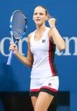 Ο επαγγελματικός τενίστας Karolina Pliskova της Δημοκρατίας της Τσεχίας γιορτάζει τη νίκη αφότου ανοίγει η ημιτελική αντιστοιχία  Στοκ Φωτογραφίες