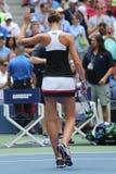Ο επαγγελματικός τενίστας Karolina Pliskova της Δημοκρατίας της Τσεχίας γιορτάζει τη νίκη αφότου ανοίγει η στρογγυλή αντιστοιχία  Στοκ Φωτογραφία