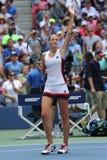 Ο επαγγελματικός τενίστας Karolina Pliskova της Δημοκρατίας της Τσεχίας γιορτάζει τη νίκη αφότου ανοίγει η στρογγυλή αντιστοιχία  Στοκ Εικόνα