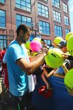 Ο επαγγελματικός τενίστας Marin Cilic που υπογράφει τα αυτόγραφα μετά από την πρακτική για τις ΗΠΑ ανοίγει το 2014 Στοκ Φωτογραφίες