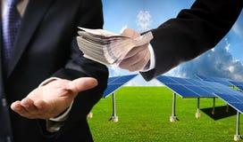 Ο επενδυτής πληρώνει για το ηλιακό αγρόκτημα κατασκευής στον ανάδοχο Στοκ φωτογραφία με δικαίωμα ελεύθερης χρήσης