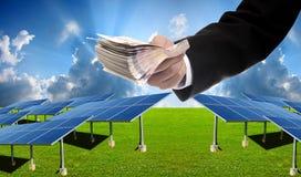 Ο επενδυτής πληρώνει για το ηλιακό αγρόκτημα κατασκευής Στοκ εικόνα με δικαίωμα ελεύθερης χρήσης