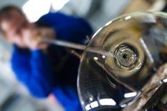 Ο επεξεργαμένος εργαζόμενος γυαλιού κάνει το αναμνηστικό γυαλιού στοκ εικόνα με δικαίωμα ελεύθερης χρήσης