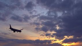 Ο επιβάτης αεροπλάνου πετά από πάνω Ηλιοβασίλεμα στο υπόβαθρο Μήκος σε πόδηα αποθεμάτων UltraHD απόθεμα βίντεο