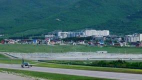 Ο επιβάτης αεροπλάνου απογειώνεται από την πόλη βουνών αεροδρομίων, βγάζει το έδαφος απόθεμα βίντεο