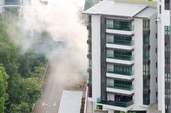 Ο επιβλαβής έλεγχος εντόμων στο πολυώροφο κτίριο μέσω του μίγματος καπνός-αερίου για να αποτρέψει διέδωσε των ασθενειών και των μ Στοκ Εικόνες