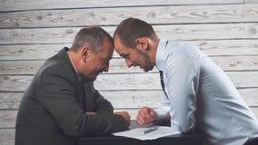 Ο επιθετικός 0 επιχειρηματίας κάνει σημάδι τους συνεργάτες ή τους πελάτες μια σύμβαση Έννοια στο θέμα της σκληρής επιχείρησης απόθεμα βίντεο