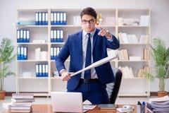Ο 0 επιθετικός επιχειρηματίας στο γραφείο Στοκ φωτογραφία με δικαίωμα ελεύθερης χρήσης