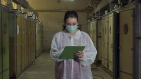 Ο επιθεωρητής γυναικών γράφει την έκθεση μετά από να ελέγξει τους επωαστήρες απόθεμα βίντεο